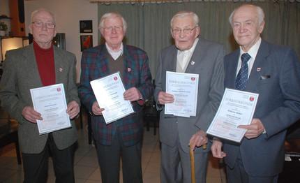 Bild der vier Quarnbeker Ehrenbürger, die Bürgermeister Klaus Langer am 15. Dezember 2011 für ihr langjähriges kommunalpolitisches Engagement auszeichnete: Fred Thiesen, Ernst Seemann, Günter Hildebrandt und Wilhelm Möller