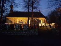 Bild des Flemhuder Weihnachstmarktes im Abendlicht