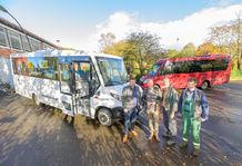 Bild der Übergabe des neuen Schulbusses an Bürgermeister Klaus Langer und die beiden Fahrer Jens Hagge und Patrick Schweiger.