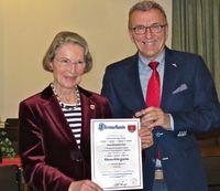 Bild der Ehrenbürgerin Gerlind Lind zusammen mit dem Bürgermeister und Ehrenurkunde